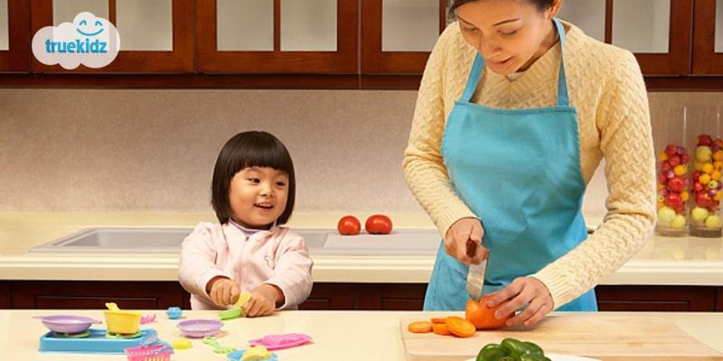 """Dạy con ăn ngủ đúng giờ sẽ giúp trẻ có được những thói quen đầu đời cần thiết. Thói quen tốt sẽ hình thành nhân cách tốt. Ba mẹ nào mà không mong đứa trẻ của mình lớn lên khỏe mạnh và tươi tốt như một cây xanh. Vì thế hãy cố gắng kiên nhẫn và tận lực rèn con sớm đi vào khuôn khổ bố mẹ nhé. Dạy con ăn ngủ đúng giờ – Hãy bắt đầu từ giấc ngủ Các bác sĩ và các chuyên gia đều khuyên ba mẹ cho trẻ đi ngủ từ 6-8 giờ tối. Từ đó giúp chất lượng giấc ngủ của trẻ cao hơn. Giấc ngủ tốt giúp trẻ ít nghịch ngợm và tăng khả năng tập trung. Dạy bé phân biệt ngày đêm Có nhiều bé hoạt động ngược theo kiểu ngày ngủ, đêm thức khiến mẹ vô cùng chật vật. Để rèn trẻ ngủ đúng giờ, việc đầu tiên là mẹ giúp trẻ phân biệt ngày đêm. Bạn hãy giúp trẻ nhận biết ngày bằng cách tăng cường ánh sáng và âm thanh nơi có bé. Ngược lại, mẹ nên tắt hết đèn và giữ yên tặng để trẻ biết đang là ban đêm. Mẹ nên có những động thái để trẻ hiểu rằng ban ngày là vui chơi, ban đêm là đi ngủ. Chỉ sau một thời gian, bé sẽ quen với điều này. Định giờ, làm các dấu hiệu Ba mẹ chọn giờ cố định (trong khung giờ 6-8 giờ tối) là bắt đầu thiết lập thói quen. Ba mẹ nên tập những thói quen """"báo hiệu"""" cho trẻ việc sắp đi ngủ. Ví dụ như tắm trẻ bằng nước ấm, cho trẻ uống sữa và sau đó tắt hết đèn. Để một thói quen mới được hình thành, ba mẹ cần ít nhất là 2 tháng. Vì thế, ba mẹ phải thật kiên trì nhé! Đọc tín hiệu từ trẻ Càng ở bên con, mẹ sẽ dễ dàng đọc được những """"tín hiệu"""" từ con. Ví dụ như khi trẻ muốn ngủ, trẻ thường có những âm thanh, cử chỉ nào. Thời gian ngủ của trẻ bao lâu? Thói quen, tư thế khi ngủ của trẻ… Hiểu được con, mẹ sẽ biết cách để giúp con hình thành thói quen ngủ sớm dễ và phù hợp nhất. Linh hoạt thay đổi Ở mỗi thời kỳ, trẻ sẽ có những biến đổi khác nhau. Vì thế, mẹ cũng nên linh hoạt trong việc tập luyện thói quen ngủ đúng giờ cho trẻ. Trẻ càng lớn, càng ngủ ít. Cho nên, ba mẹ có thể điều chỉnh thời gian đi ngủ phù hợp. Quá cứng nhắc trong việc rèn thói quen cho trẻ chỉ khiến ba mẹ thêm mệt mỏi. Bản thân """