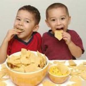 trẻ  biếng ăn do ăn nhiều kẹo bánh trước bữa ăn